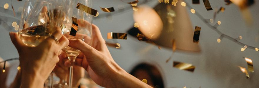 coupes de champagne et confettis lors d'un team building réussi